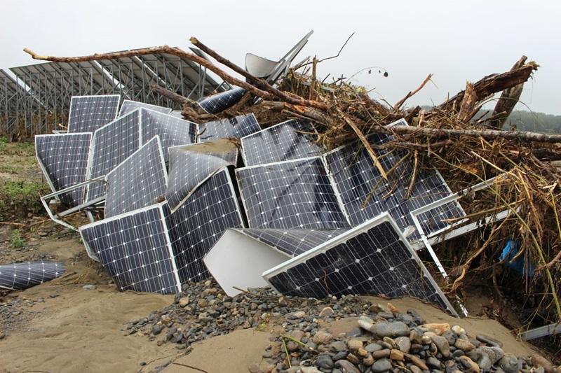 台風による水害で被災した結晶シリコン型パネルの例