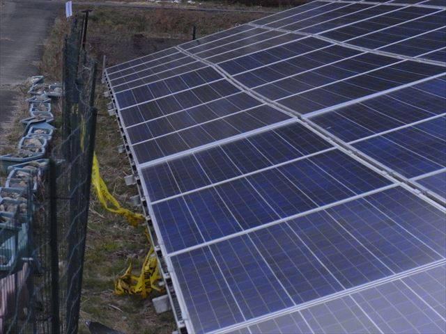 地盤沈下して太陽光発電所の架台が壊れた